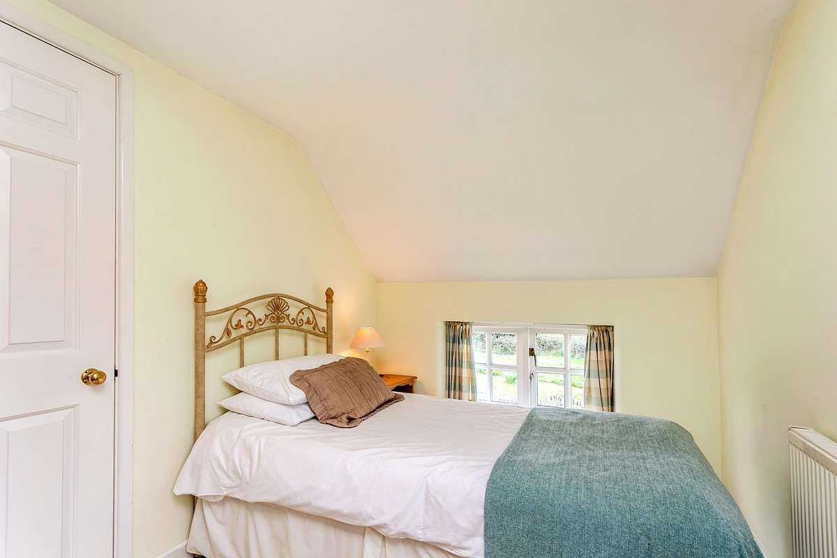 Single bed in upstairs bedroom